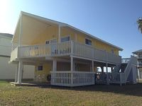Cozy 3 bedroom 2 bath with very short walk to beach or bay