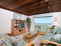 Lovely tropical decor Quiet beachfront hideaway with endless view of perfect beach and the hypnotic sounds of the ocean - Seagull 202