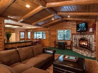 Modern 3-Bedroom Chalet Walk to Bear Mountain Steps to the National Forest