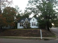 Charming Cottage Walking Distance from Square and Campus