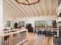 4 bedroom 3 bath Luxurious Spacious cabin with Bear Mountain Ski Slope Views
