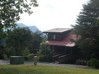 4 bedroom cabin mtn views hot tub comm pool and king beds