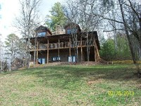 1 mile from Dollywood 3 level cabin sleeps up to 16 across from the pool
