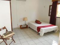 Grand studio meuble avec terrasse dans villa avec piscine