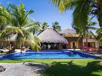 5 bedroom Villa - Ocean View 2 maids 2 cars or golf carts included