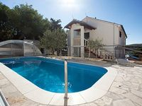 It Can Acomodate 4+4 Persones And It Gives Relax On The Pool Aria