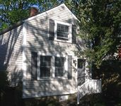 Cozy free-standing 1-bedroom Newport cottage with private deck and patio