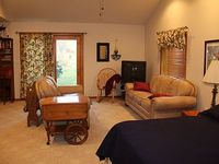 Beautiful Garden Apartment Easy Access to Akron Cleveland and Amish Country