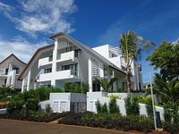Comfortable villa on 3 stories 3 large double bedrooms part of Radisson Blu