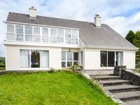 This detached cottage is close to the town of Kenmare near to Glengarriff and can sleep ten people in six bedrooms