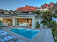 Luxurious beachcomber-style 3-bedroom retreat in Bakoven close to Camps Bay
