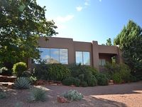 Magnificent southwest Sedona home with Red Rock Views hot tub central location