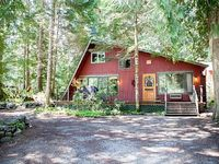 Relaxing Cabin just feet from Mt Rainier National Park Hot Tub and Fireplace