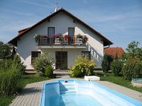 Holiday house with outdoor swimming pool