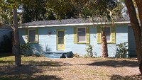 2 Bedroom 1Bath Sleeps 6 Ground level Private Home 2 streets from Beach